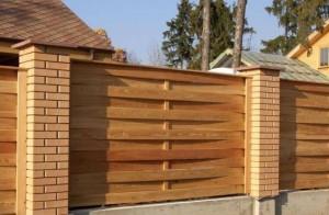 Деревянный забор на сваях