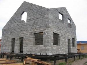 дом пеноблок на сваях